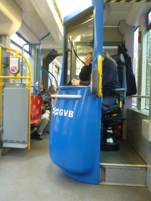 Au milieu du tramway, un vendeur de tickets