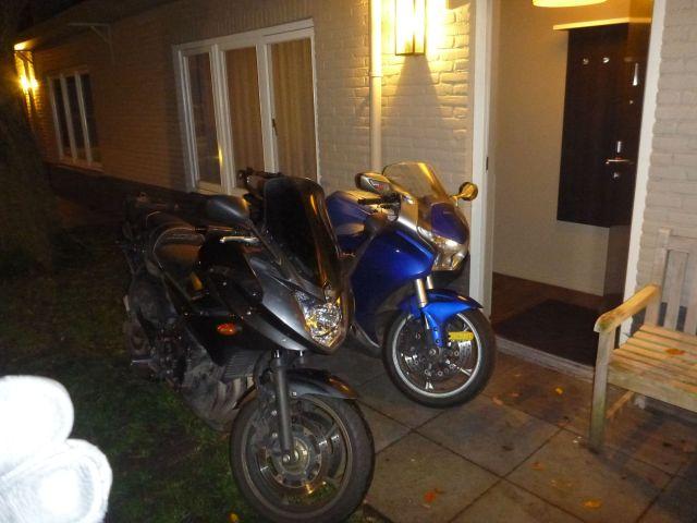 Les motos devant notre chambre d'hôtel