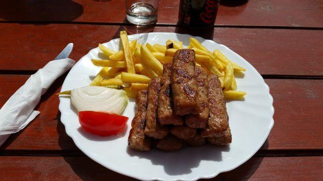Cevapcici (mélange de bœuf et d'agneau haché et grillé) - Mon assiette au Milogora