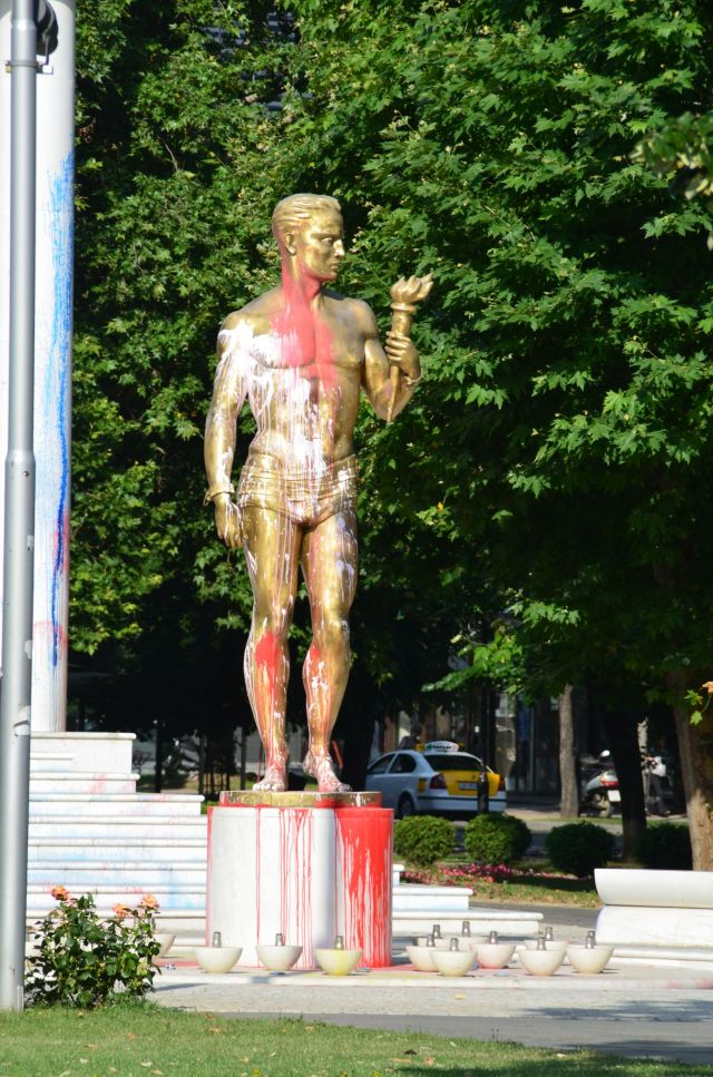 Statue face à l'assemblée - Skopje (Macédoine)