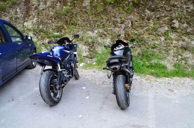 Motos sans plaque croisées au canyon de Matka