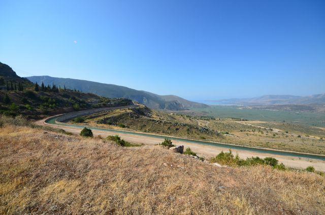 Canal suivant la route à proximité du camping Apollon