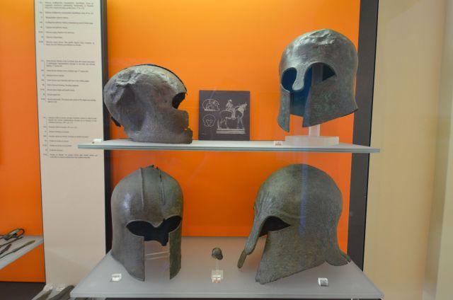 Casques votifs en bronze - Delphes