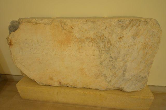 Plaque de la base d'offrande du général romain Paul-Emile qui commémore sa victoire contre Persée et les Macédoniens - Delphes