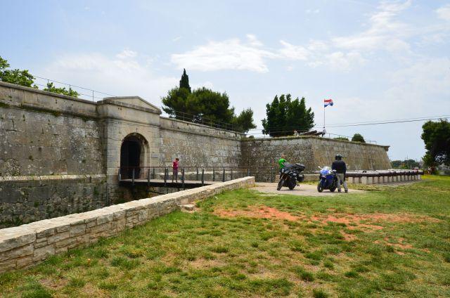 La forteresse de Pula et nos motos