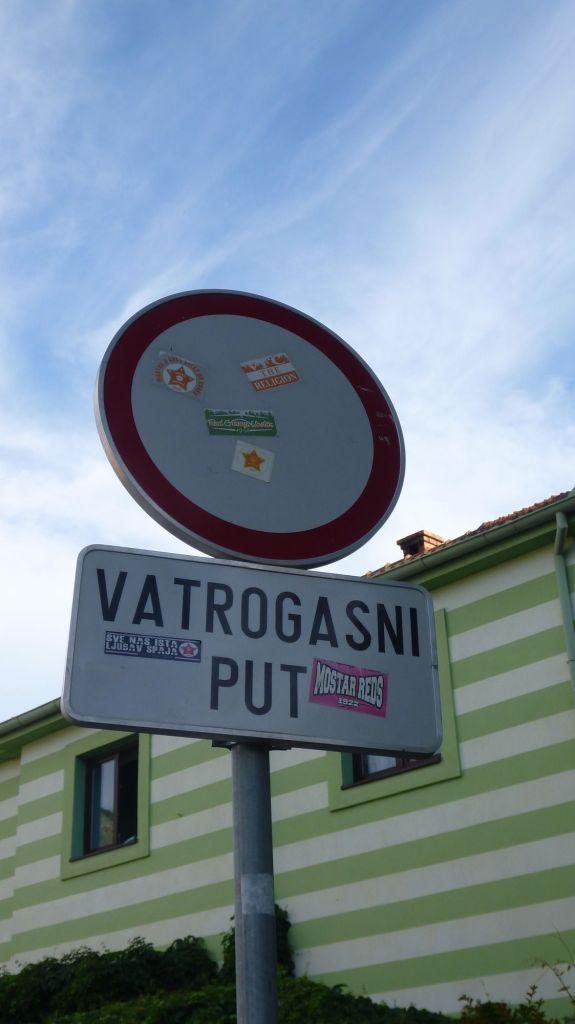 Un panneau à Mostar, qu'est ce qu'il dit ?