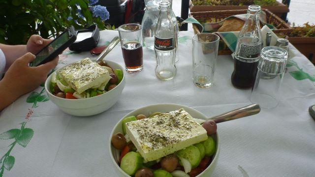 Une salade grecque pour le déjeuner à Portaria