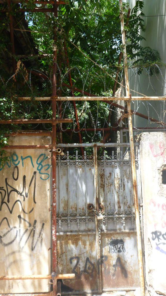 Barbelés sur une propriété à Athènes