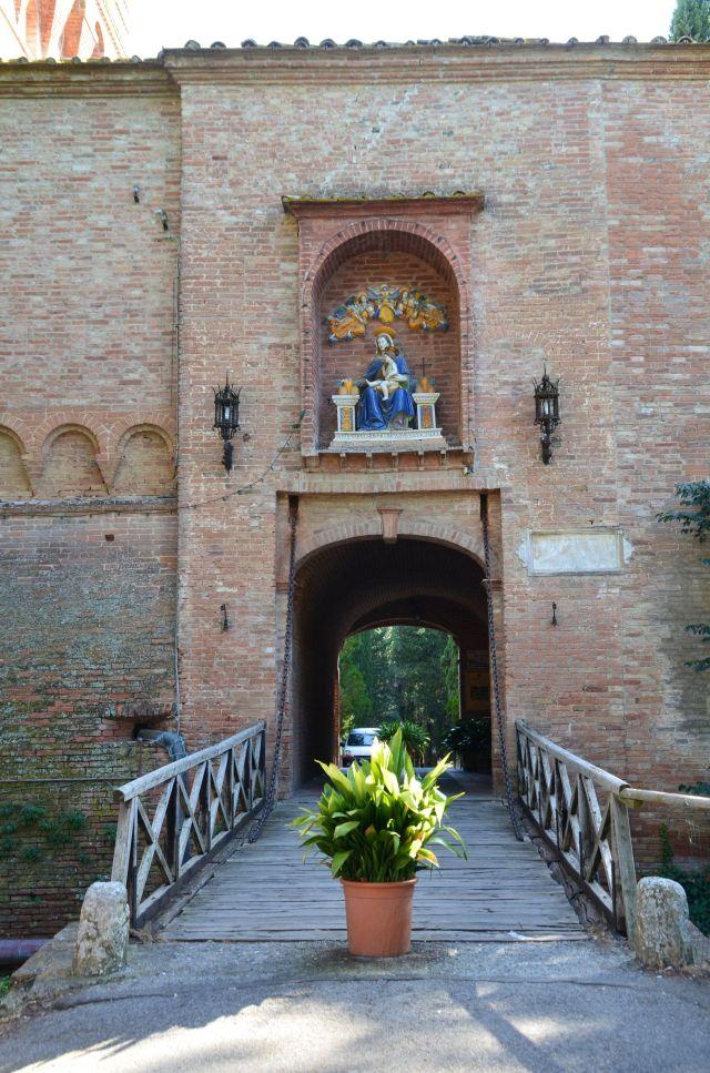 Statue en terre cuite polychrome de la Vierge - Abbaye Monte Oliveto Maggiore