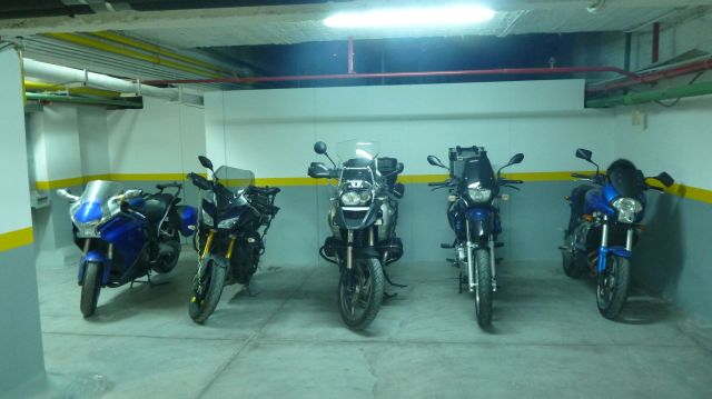 Les motos dans le parking du Central Athens Hotel