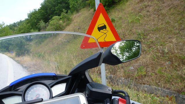 Le VFR devant un panneau indicateur de route glissante