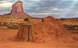 Navajo_Hogan,_Monument_Valley.jpg