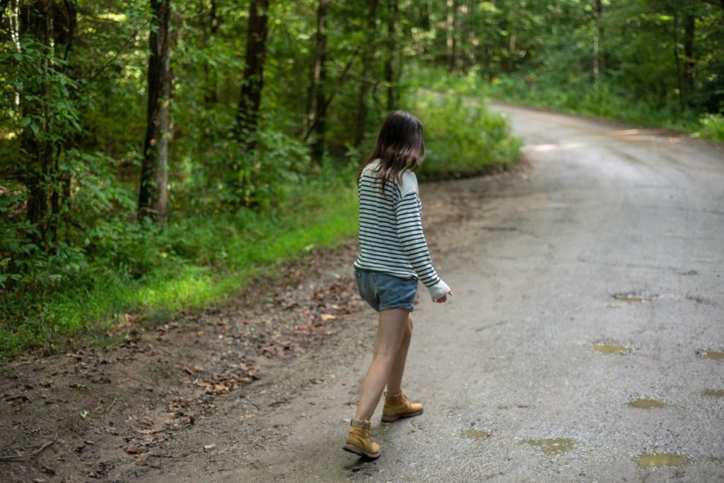 Nainen kävelee metsätiellä Chattahoocheessa.