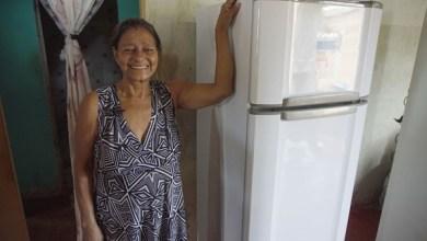 Famílias de baixa renda são beneficiadas com troca de geladeiras velhas por novas e mais econômicas