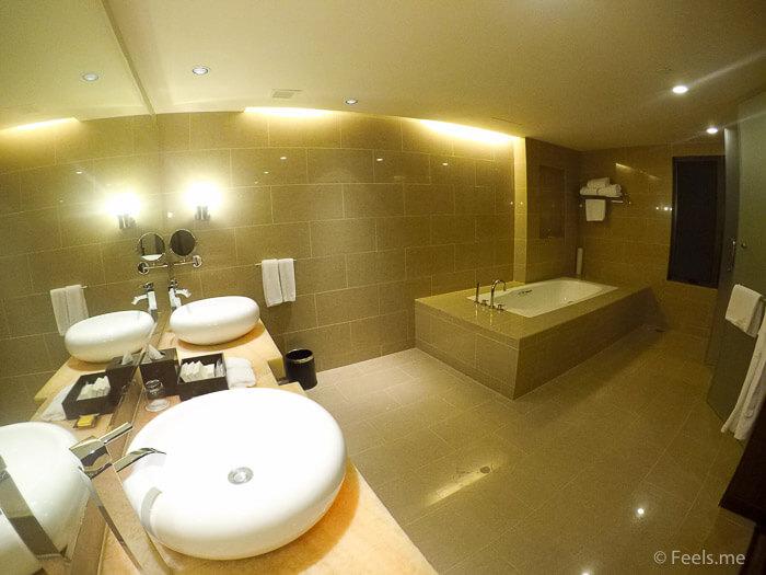 Hyatt Regency Kinabalu, Regency Suite Bathroom