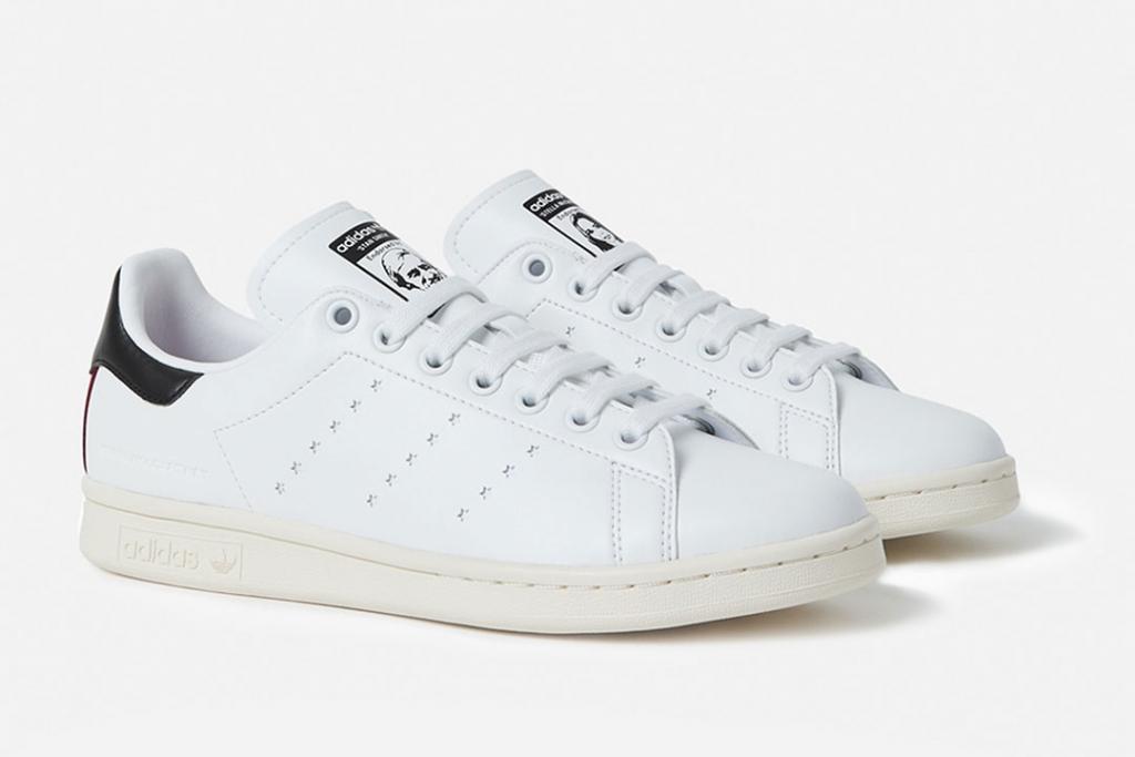 4571a7448c0 En su lenguetas cuentan con los rostros de Stella McCartney y Stan Smith  -uno en cada zapato-. Se añadió el nombre de la diseñadora en la parte  posterior y ...