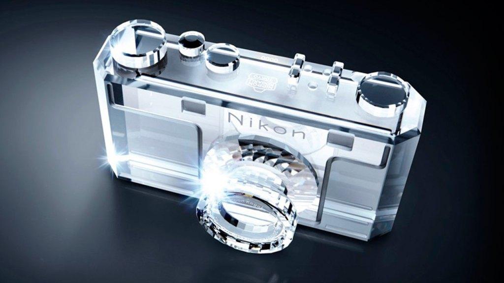 Nikon celebra su aniversario con Swarovski