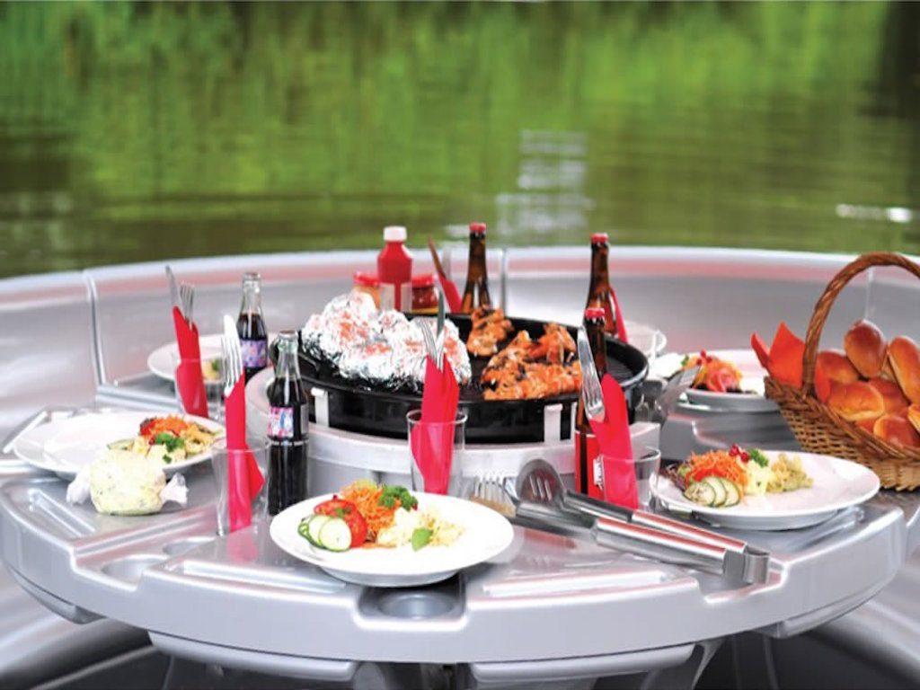 El bote que incluye una parrilla para asar carne