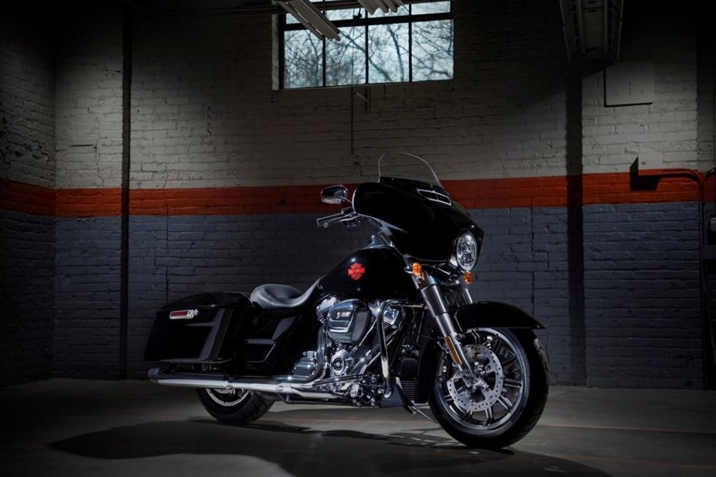 Electra Glide Standard de Harley-Davidson, diseñada para recorrer horas de camino
