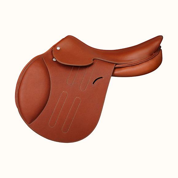 hermes cavale jumping saddle 068327CK21 side 1 300 0 579 579 b - Con la nueva silla de Hermès montar a caballo nunca se había visto tan lujoso