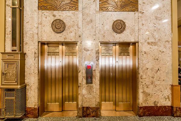 Lafayette.Lobby Elevators - Te contamos la historia del hotel más feminista de Nueva York