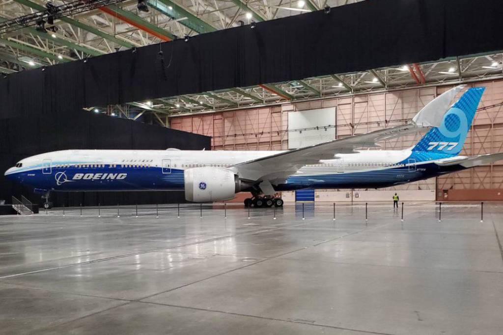 Conoce el avión de pasajeros más grande del mundo con alas plegables, cortesía de Boeing