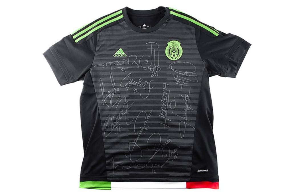 playera 1 1024x683 - Esto es lo que cuesta una playera autografiada por 'El Chicharito'