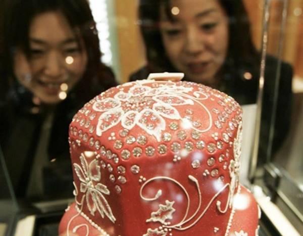 rs 634x834 141103120603 634 priciest desserts diamond christmas cake.jw .110314 - Conoce los postres más costosos de la tierra ?