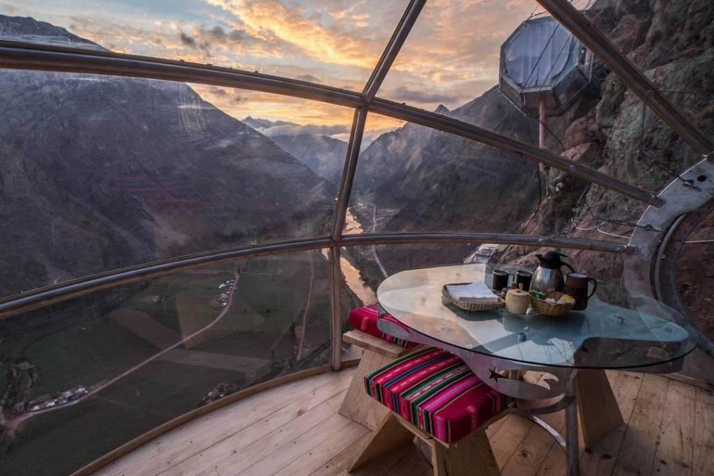 El increíble hotel que cuelga habitaciones entre sus montañas en Perú