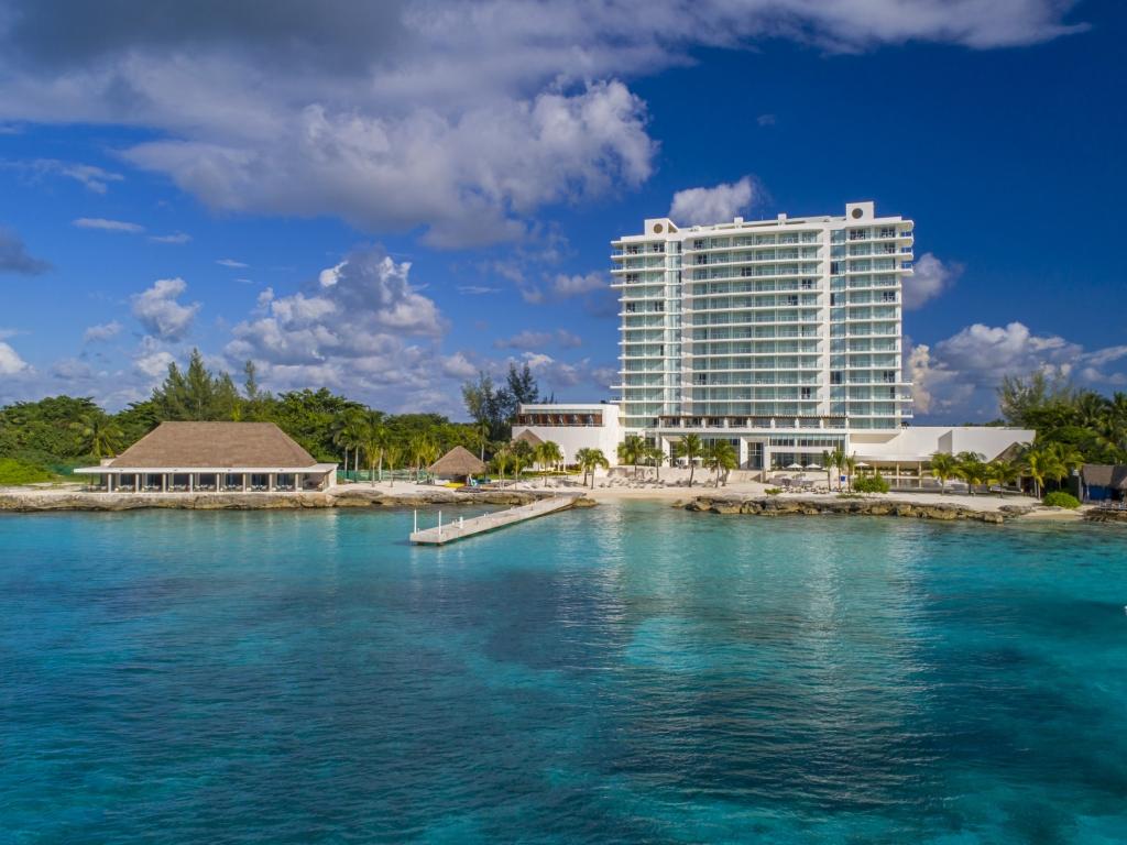 wes4065ex 228255 Hotel Exterior with Beach Med 1024x768 - ¿Cuáles son los mejores lugares para escapar este fin del corte de agua?
