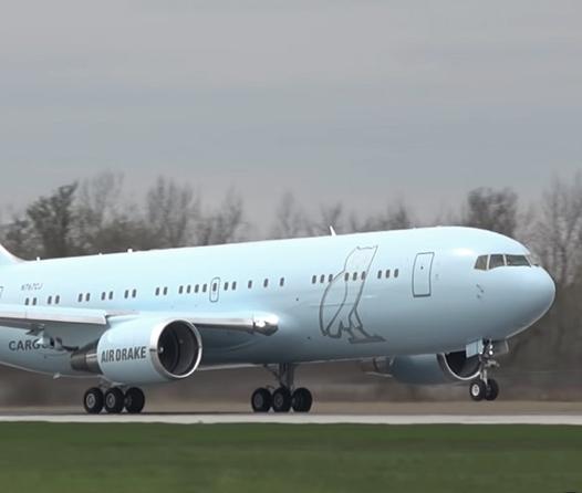 El avión privado de Drake es toda una mansión aérea