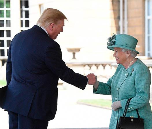 Trump hizo pedazos el protocolo en su visita con la reina Elizabeth II