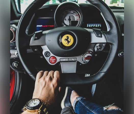 Ferrari y Armani van a comenzar a hacer ropa juntos