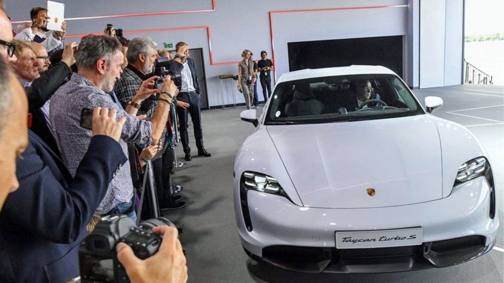 Así es como Porsche Taycan derrota a un Bugatti Veyron