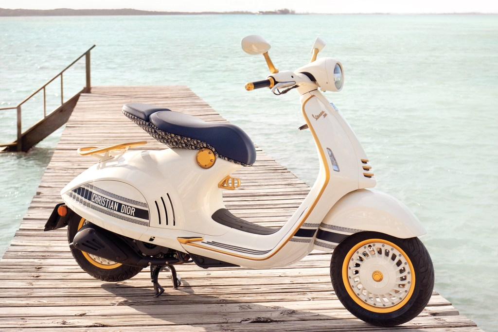 La nueva motoneta, fue diseñada por la directora creativa de las colecciones para mujer de Dior, Maria Grazia Chiuri.