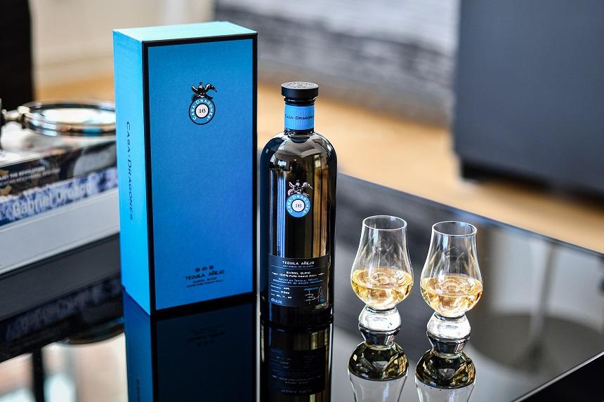 A diez años de redefinir el tequila de extra lujo, Casa Dragones presenta su primer añejo.
