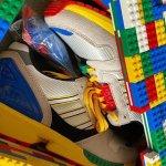 Lego lanza unas Adidas ZX-8000 intervenidas con sus icónicos ladrillos