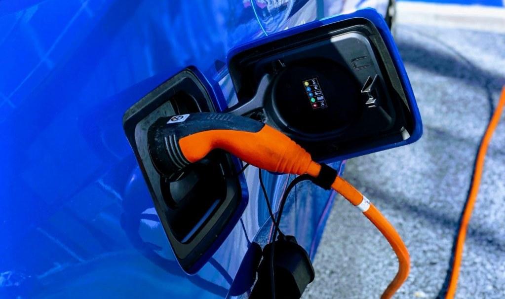 Lanzan primer cargador rápido para autos eléctricos con tecnología de 'enchufar y cargar'