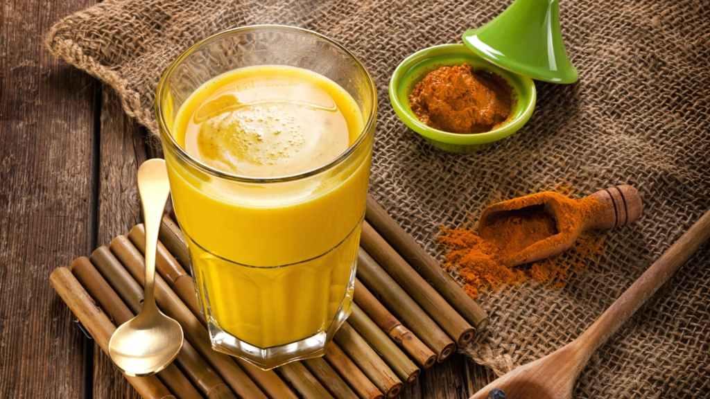 ¿Qué es la leche dorada o 'golden milk', cómo prepararla en casa y por qué se ha puesto tan de moda?