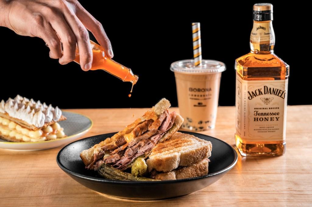 Jack Daniel's Tennessee Honey y Borona Lonchería endulzan tu home office con estos platillos