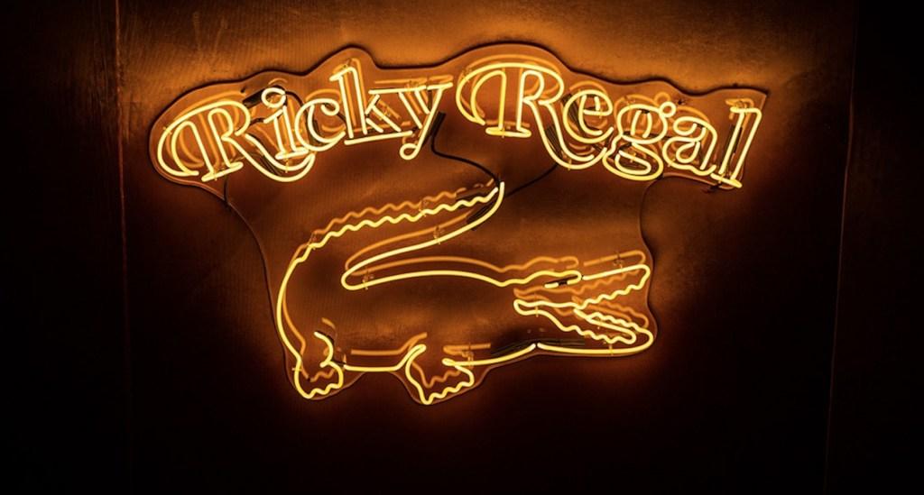 Ricky Regal, el alter ego fashionista de Bruno Mars, revela colección con Lacoste ¡y queremos todos sus outfits!