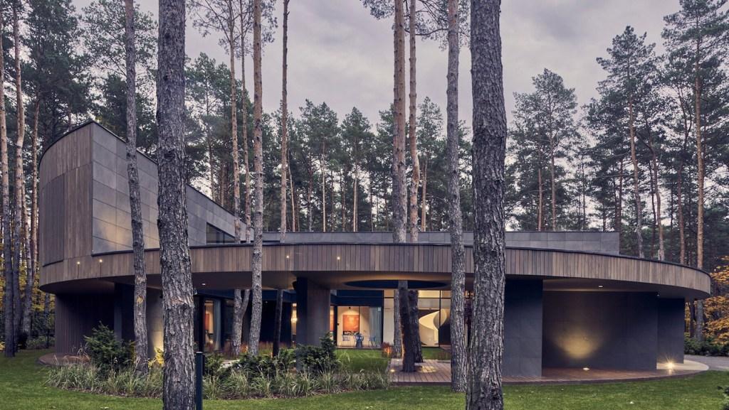 Conoce el lujo circular de esta espectacular villa de madera en el bosque de Izabelin, en Polonia