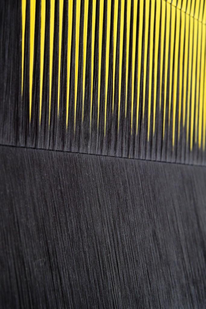 Arte hecho con 1,000 km de hilos y materiales industriales se presentan en esta galería