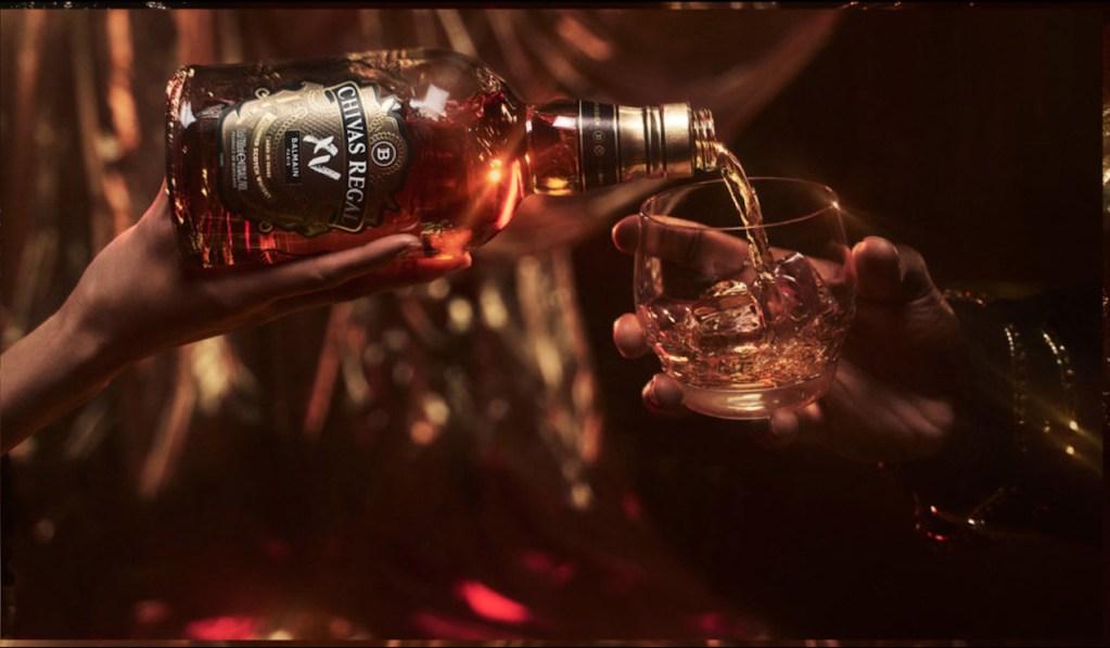 Los mundos de la moda y el whisky se unen en esta edición especial: Balmain x Chivas XV