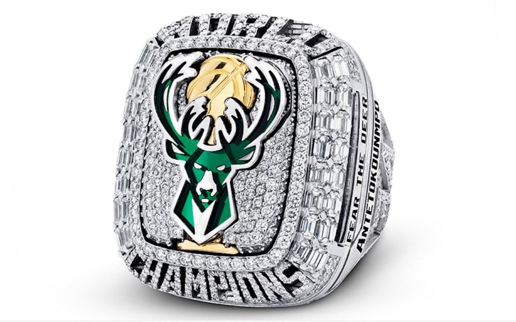 Los Milwaukee Bucks reciben sus anillos de campeonato que también se pueden usar como collar