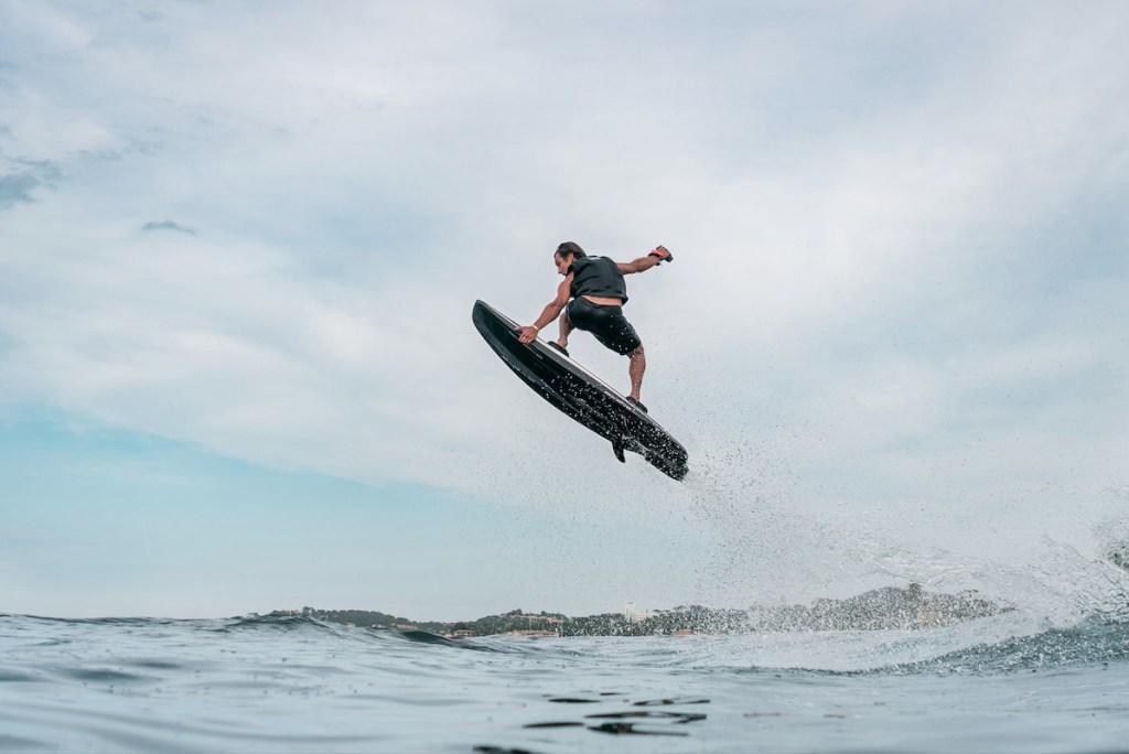 Domina las olas con esta tabla de surf eléctrica de Awake Boards