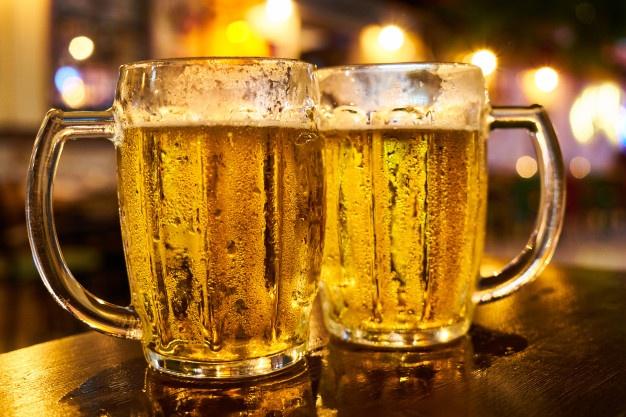 (Video): Un hombre se desploma y muere tras tomarse una jarra de cerveza de un solo trago