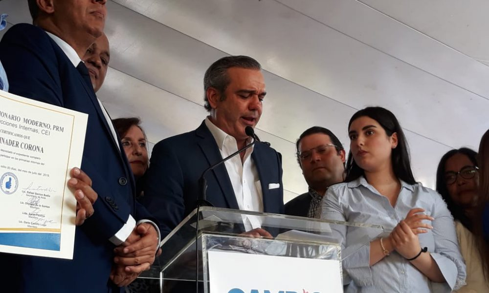 (Video): Luis Abinader inscribe precandidatura presidencial; dedica la campaña a su padre