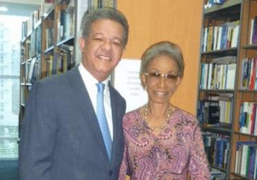 Leonel Fernández Reyna junto a sus dos grandes amores: Su madre y los libros