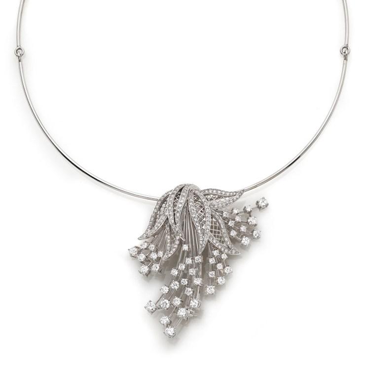 Girocollo in oro bianco con pendente centrale con diamanti taglio brillante del peso complessivo di circa 5ct. Il pendente puo essere utilizzato come spilla